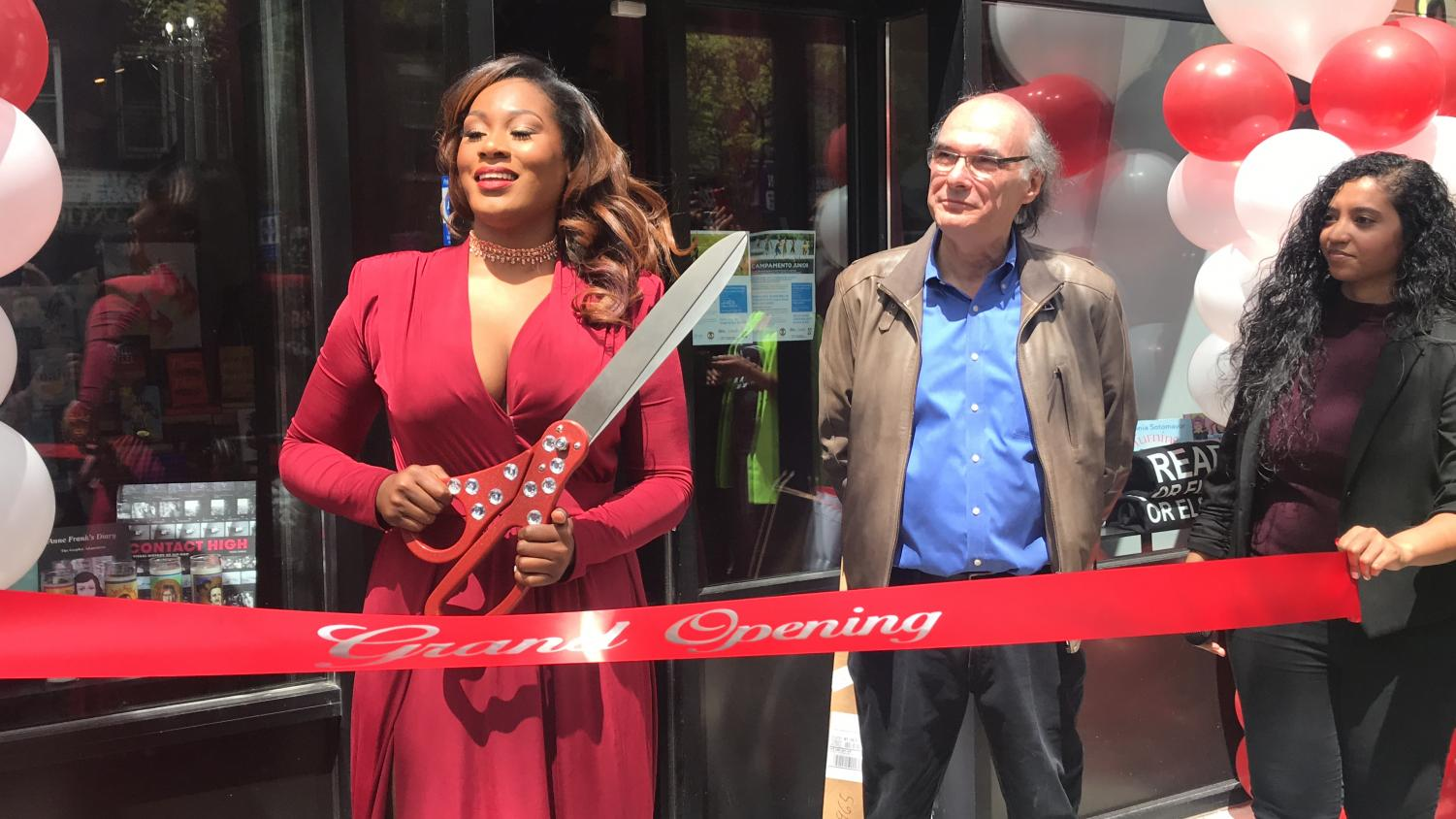 Noëlle Santos cuts the ribbon at the grand opening of Lit. Bar. (Photo courtesy of Eliot Schiaparelli)